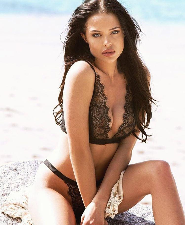 angelina-jolie-hot-bikini-pictures